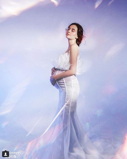 Marissa Nasution menggunakan pakaian putih