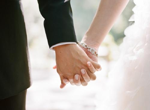 Tangan laki-laki dan perempuan