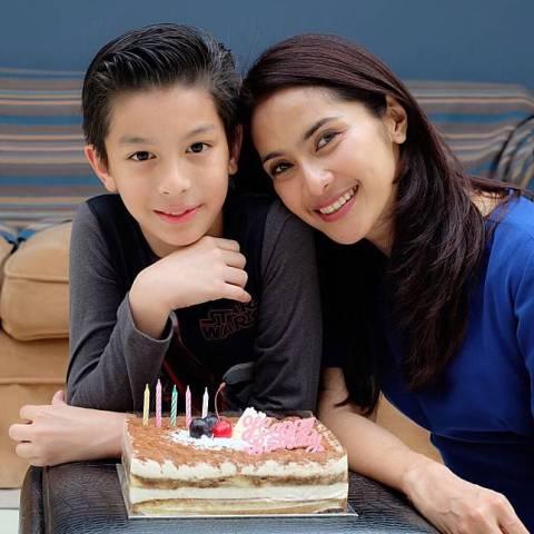 Maudy Koesnaedi dan putra