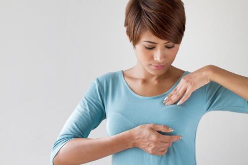 Perempuan memegang payudara
