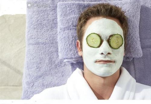 Untuk merawat kulit wajah, Anda bisa menggunakan masker tanah liat atau clay mask.