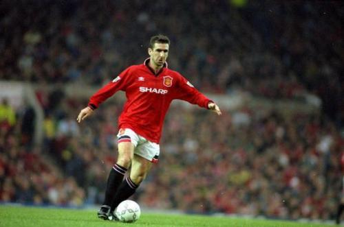 Eric Cantona pernah menghebohkan Inggris dengan menendang suporter di tribun