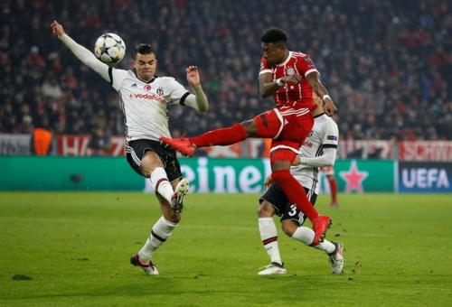 Pepe vs David Alaba (Foto: Reuters)