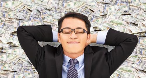 Pria tidur di atas uang
