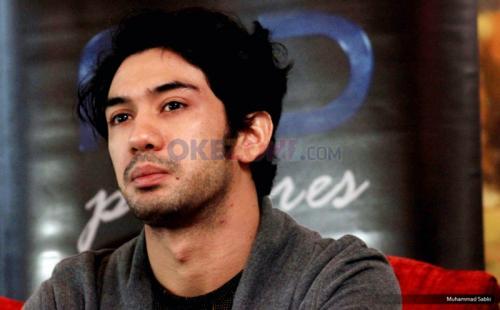Reza Rahadian mengaku, aksi ciuman dirinya dengan Kiky Saputri hanya sekadar selorohan. (Foto: Okezone)