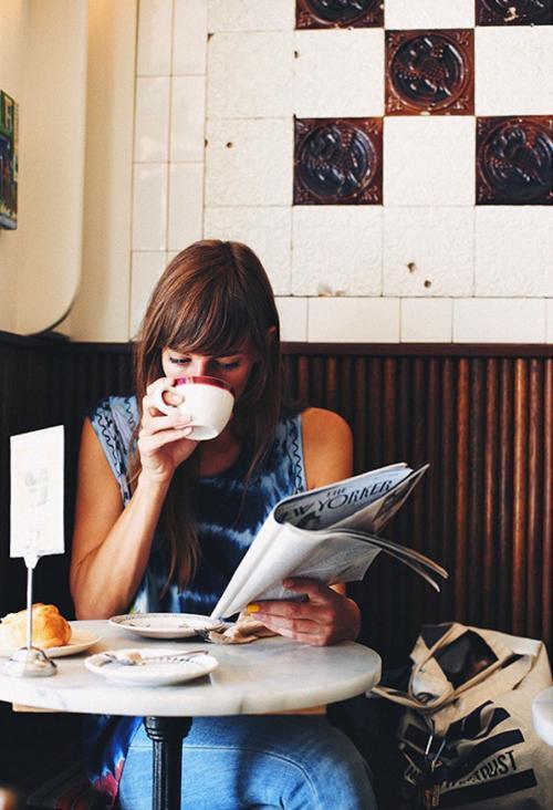 Perempuan minum kopi