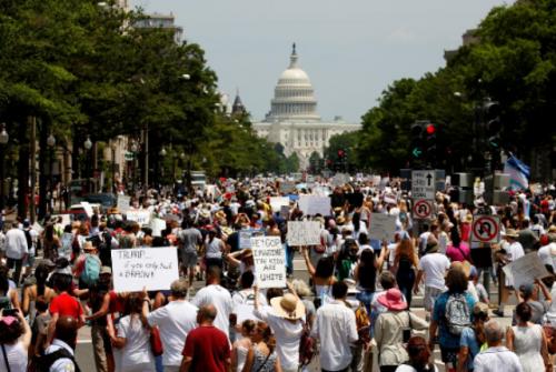 Protes kebijakan Trump terkait penanganan imigran. (Foto: Joshua Robert/Reuters)