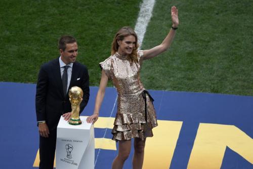 Phillipp Lahm bersama trofi Piala Dunia