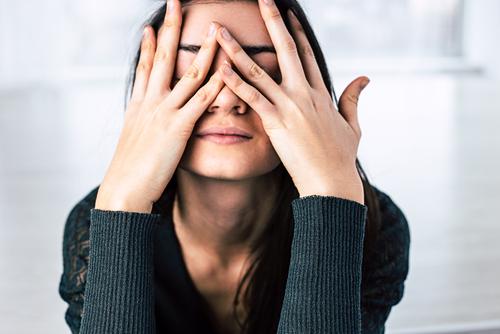 Perempuan menutup wajah