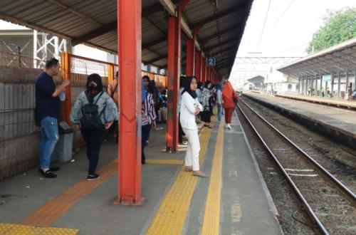 Penumpang KRL di Stasiun Bojonggede (Foto: Okezone.com/Fardi)