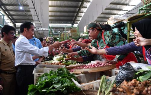Jokowi saat blusukan ke pasar tradisional. (Ilustrasi/Dok Ist)