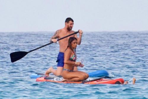 Messi dan istrinya yang sedang berlibur