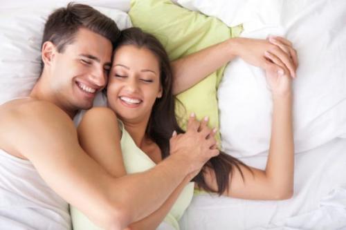 Laki-laki dan perempuan berbaring