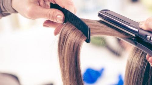 panas yang dihasilkan alat styling hair stye akan meningkatkan suhu air yang ada di akar rambut.