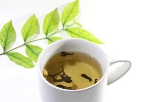 Teh hijau mengandung asam organik dan tanin.