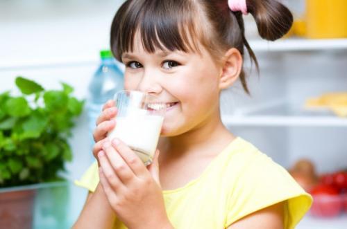 anak minum susu