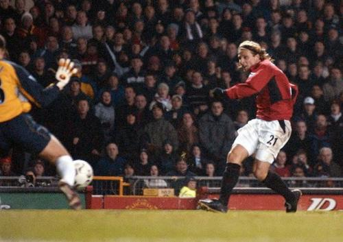 Diego Forlan mencatatkan namanya di Eropa lewat Manchester United