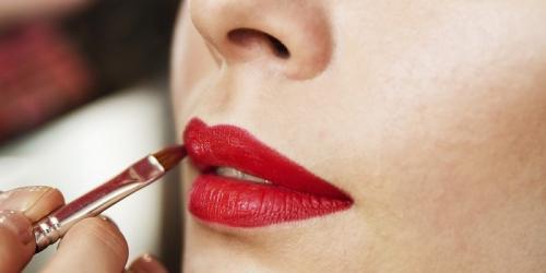 Yang paling aman, pakailah lipstik dengan warna nude yang membuat wajah terlihat segar dan manis.