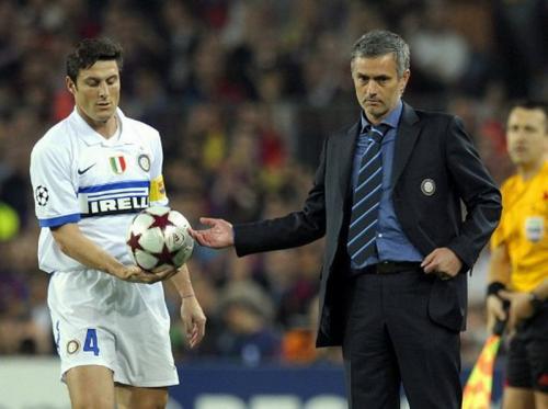 Javier Zanetti dan Jose Mourinho (Foto: AFP)