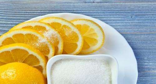 Peraslah 1/2 lemon, gosokkan di bawah kaki atau ketiak