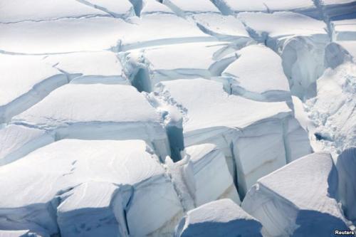 Lapisan es yang menutupi Greenland mencair secara masif setiap harinya.