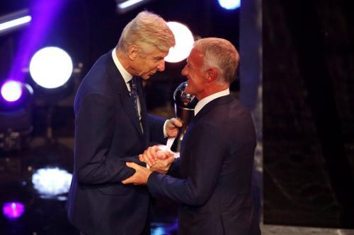 Wenger memberikan gelar pelatih terbaik FIFA 2018 kepada Deschamps