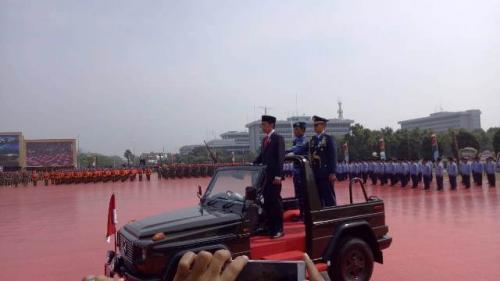 Presiden Jokowi bersama pasukan TNI. (Foto: Dok Okezone)