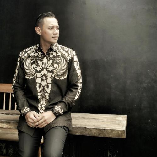 Pria berbaju batik