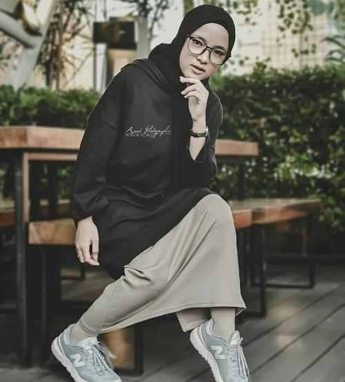 Nissa Sabyan saat berpose dengan menggunakan baju kasual