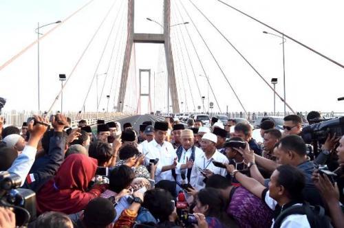 Jokowi di Tol Suramadu. (Foto: Rusman/Biro Pers Setpres)
