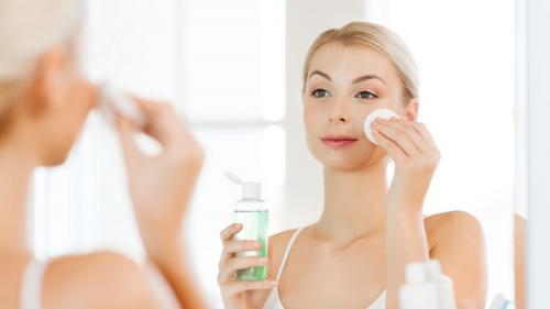 Perempuan membersihkan wajah