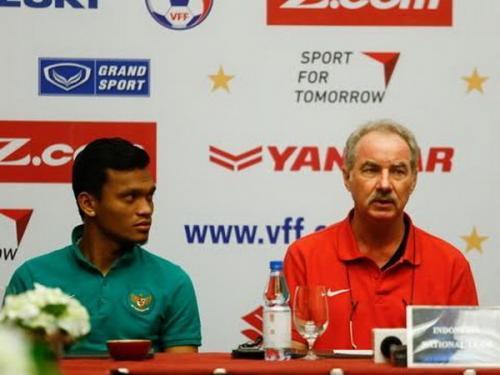 Alfred Riedl mengasuh Timnas Indonesia dalam tiga kesempatan