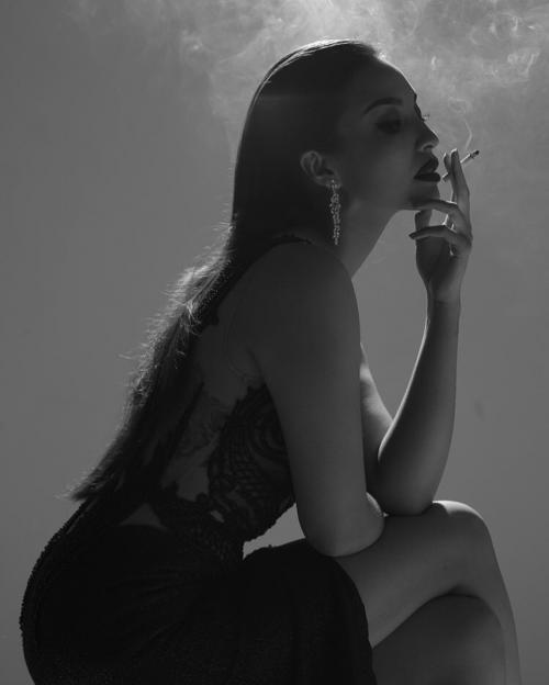 Manohara berpose dengan rokok dan berpakaian hitam
