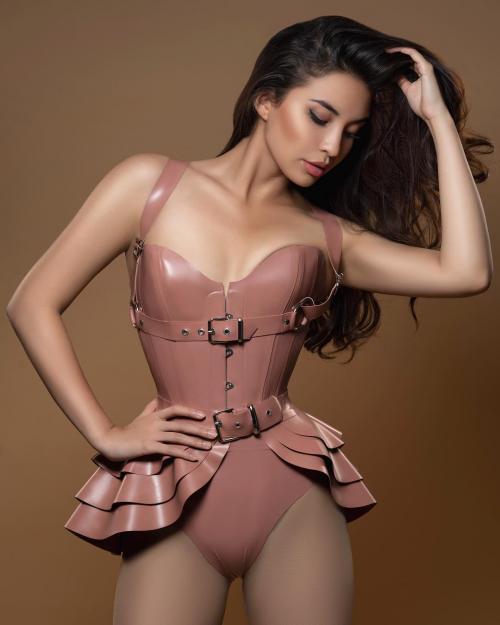 Manohara menggunakan pakaian ketat berwarna pink