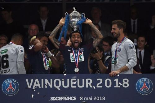 Dani Alves angkat Piala Prancis (Foto: AFP)