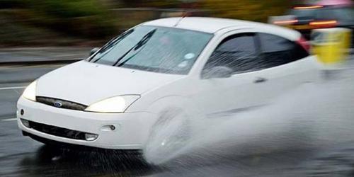 mobil terjadi aquaplaning