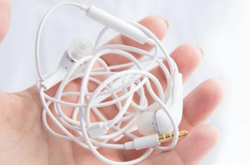 Kabel earphone biasanya cukup panjang dan tipis.