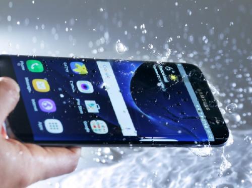 Ponsel yang tidak memiliki fitur tahan air, akan rentan rusak apabila terkena air.