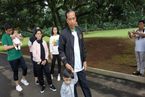 Jokowi bersama keluarganya