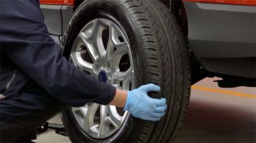 Pemasangan ban pada mobil