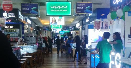 Beberapa tahun belakangan ini, penjualan ponsel di toko fisik (offline) di pusat perbelanjaan di Jakarta tampaknya semakin menurun.