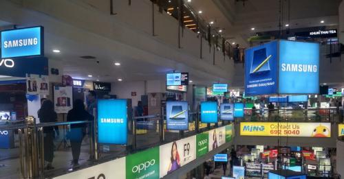 Meskipun banyak toko online yang menjual ponsel, toko ponsel fisik tampaknya masih didatangi oleh calon pembeli.