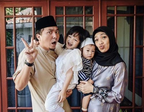 Ananda Omesh dan keluarga