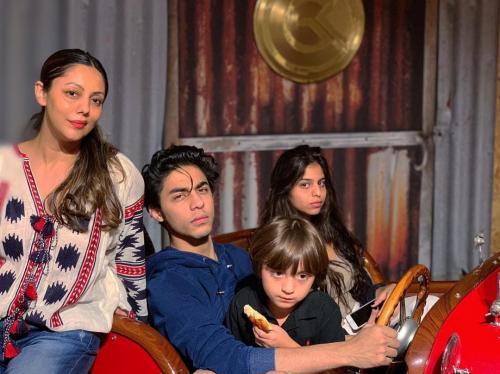 Gauri Khan dan ketiga anaknya.