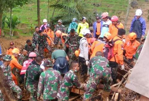 Evakuasi korban longsor Sukabumi