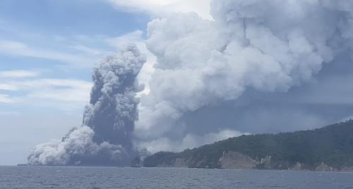 Anak Krakatau erupsi. Foto: KRI Rigel TNI AL