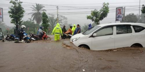 Hujan lumpuhkan Jalan Raya Malang-Surabaya