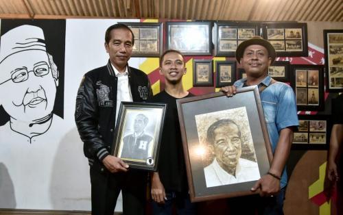 Jokowi dihadiahi karikatur