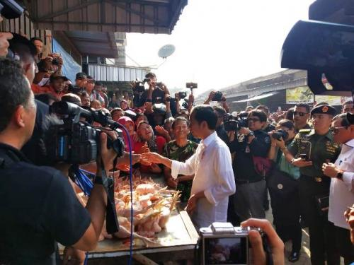 Jokowi blusukan ke Pasar Ngemplak Tulungagung. (Foto: Fakhrizal Fakhri/Okezone)