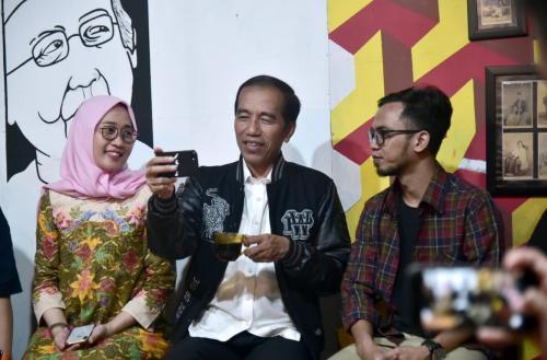 Jokowi membuat vlog sambil ngopi bareng milenial Tulungagung
